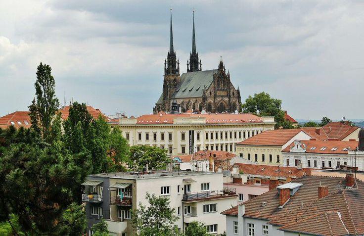 http://guias-viajr.com/chequia/ Vistas de la catedral de San Pedro y San Pablo de Breno desde el castillo de Spilberk, en República Checa