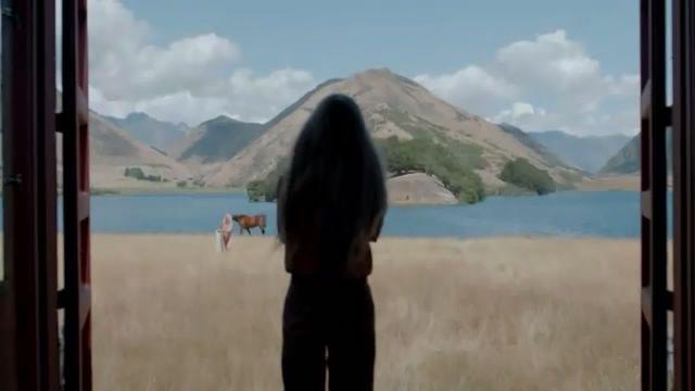Top of the Lake, minissérie criada por Jane Campion (O Piano), estrelada por Holly Hunter e Elisabeth Moss, com episódios filmados nas selvagens e belíssimas paisagens da Nova Zelândia. A trama lembra Twin Peaks, não é uma estrutura narrativa convencional e é dominada pelo universo feminino. O final deixa uma porta aberta para uma continuação.
