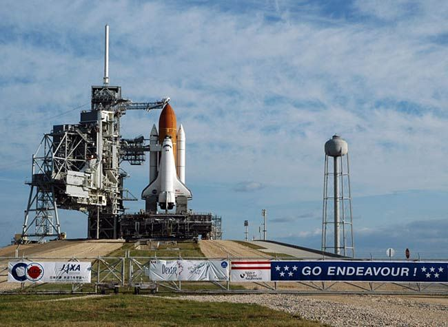Inventor Eric Knight has proposed a thought experiment that calls for two space shuttles to fly to Mars. Here, space shuttle Endeavour stands poised for a March 2008 flight.