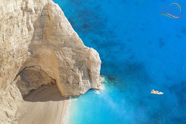 Plaje Zakynthos  Este una dintre cele mai fotografiate plaje din Grecia. Situata pe insula Zakynthos, cea de a treia ca marime dintre insulele ioniene, plaja Navagio pare, mai degraba, un colt de paradis, izolat de restul civilizatiei, de care doar cei privilegiati au sansa sa se bucure.