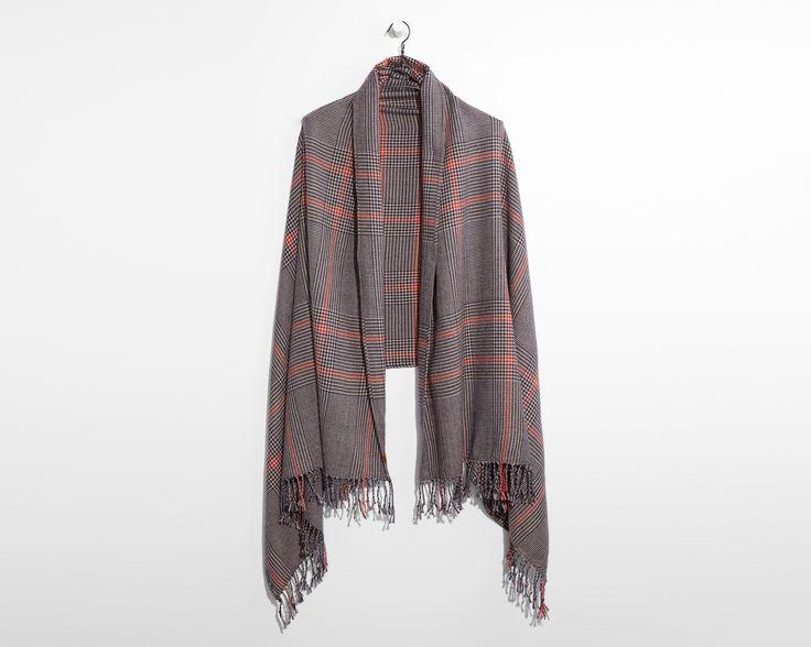 Осеннее настроение выразилось в красном, коричневом и синем цветах. Этот палантин можно носить разными способами — повседневным, элегантным или грубоватым.
