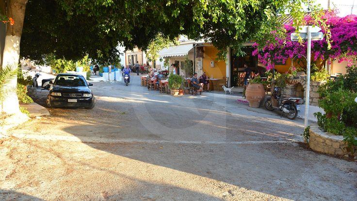 Το χωριό Καμηλάρι βρίσκεται στα νότια του νομού Ηρακλείου σε απόσταση περίπου 65 χιλιομέτρων από τη πόλη του Ηρακλείου πολύ κοντά στον αρχαιολογικό χώρο της Φαιστού.