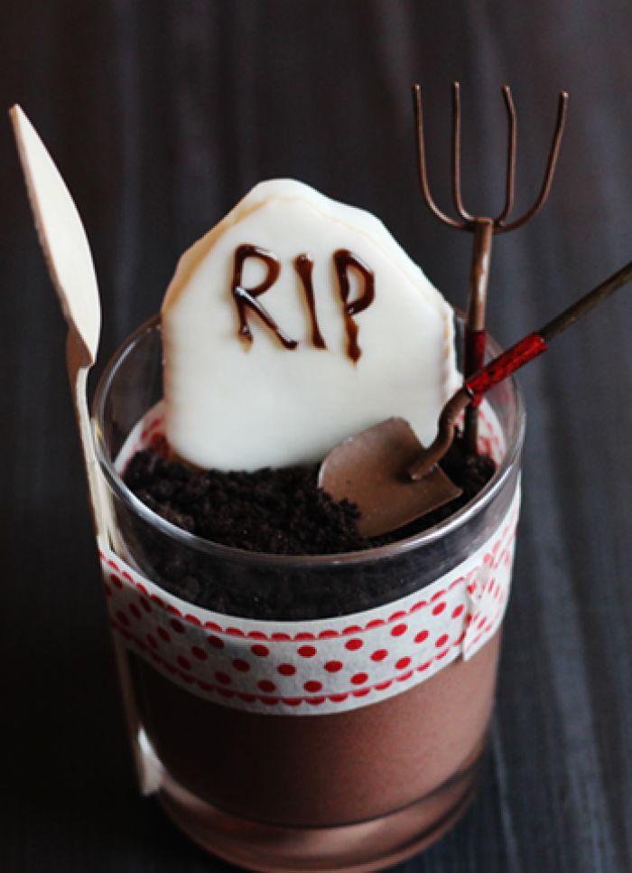 Oreo Schokoladenmousse Grabsteine für Halloween. Noch mehr Halloweenideen gibt es auf www.spaaz.de