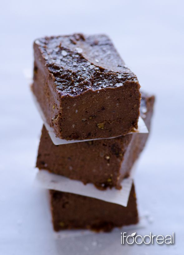 Clean Chocolate Fudge - Usually fudge is made of condensed milk, butter and sugar. But not this clean, vegan and gluten free chocolate fudge that requires no baking and tastes just as good.