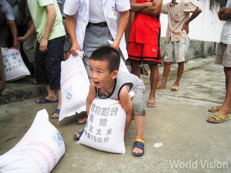 #2  지진 후 긴급구호키트 받아가는 어린이.   자신의 몸 만한 쌀자루를 낑낑대며 드는 모습 포착!   China 2010 ⓒ Johnny Lu    #worldvision #world vision #charity