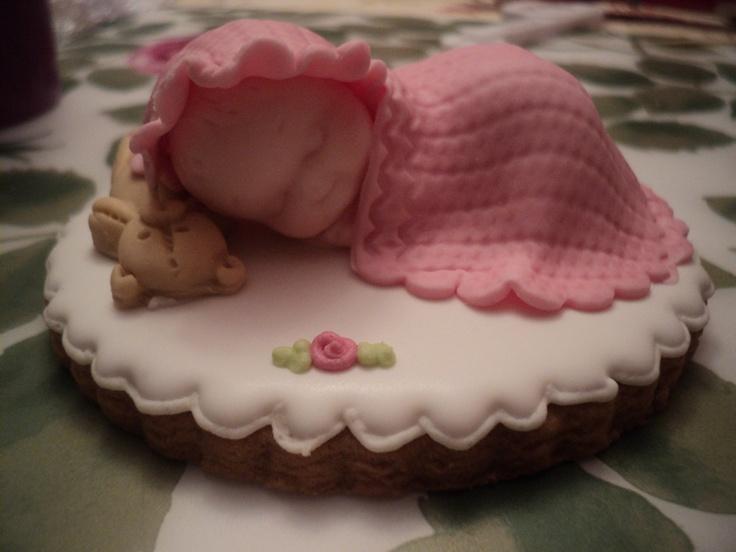 Galleta de bebé rosa, en glasa con decoración en fondat