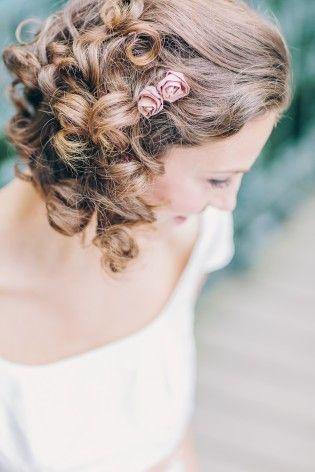 noni 2015 Röschen für die Haare in zartem Rosa, passend zum Band am Brautkleid in altrosa mit kleiner Schleife über dem Babybauch  (www.noni-mode.de - Foto: Le Hai Linh)