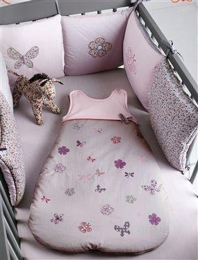 Frühlingshaft und in schönem Violett ist diese hübsche Bettumrandung mit Blumen und Schmetterlingen. Aus schönem Baumwoll-Perkal gefertigt überzeugt die Umrandung für Babybetten mit Qualität, schönen Motiven und tollen Details wie Stickereien. Die Polster sind wendbar und lassen sich in beliebiger Reihenfolge aneinander befestigen. Bettumrandung: Perkal, reine Baumwolle mit Öko-Tex-Standard 100, Zertifikat CQ 1109/1. Wattierung 100 % Polyester. Die wendbaren Polster (30 x 30 cm) können in…