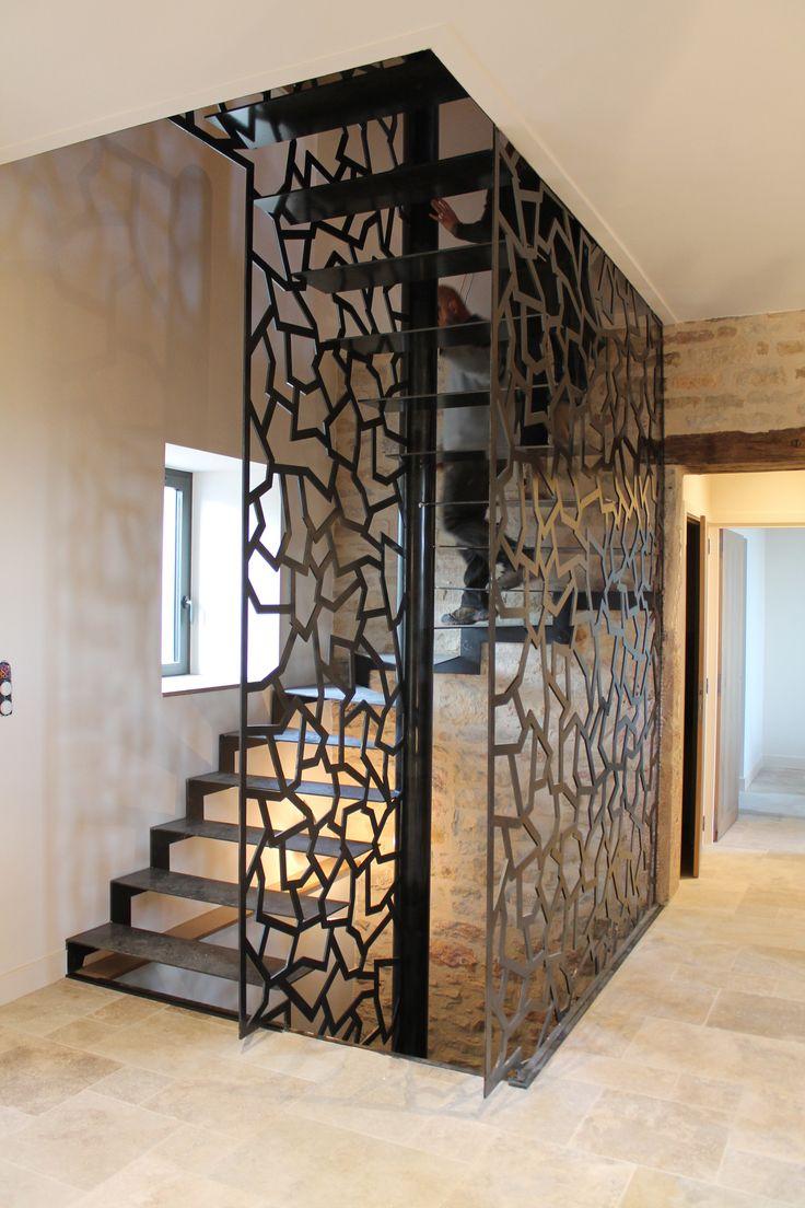 restauration d'une maison en pierre escalier en dentelle de métal
