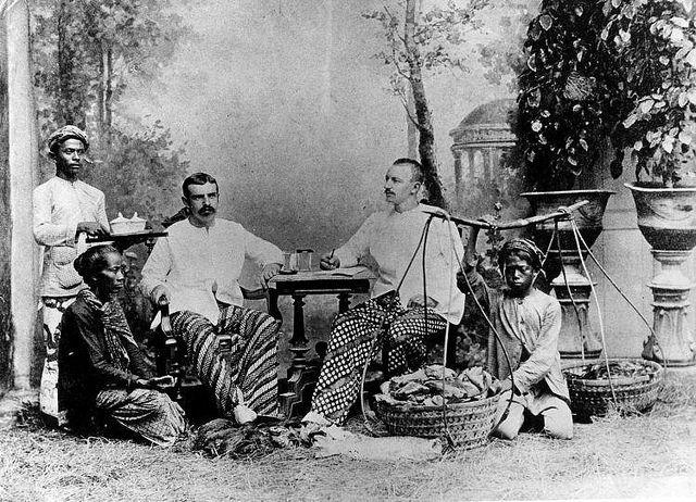 Nederlanders met hun bedienden in Nederlands Indië / Dutch colonials with their servants