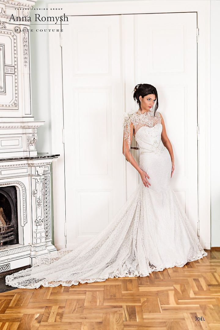 joel, collectie 2016 nb Verrassend en apart dit trouwkleed van luxe kant. De aansluitende jurk loopt vanaf de heup in een wijd uitlopende rok met een extreem lange sleep. Het meest opvallende element aan de jurk is het fraai strak versierd lijfje dat in mooi contrast staat met het rijk uitgewerkte transparante bovenstukje. #couture #exclusief #extravagant #koonings