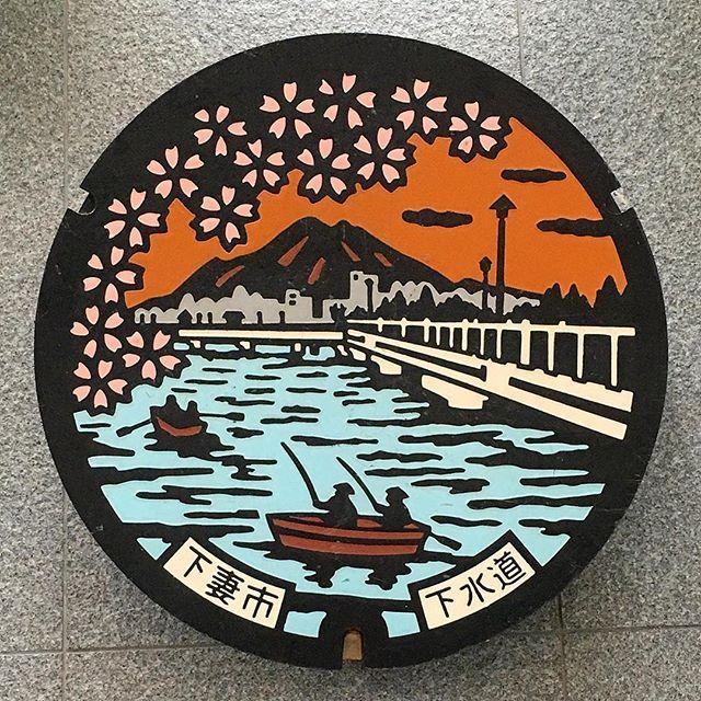 【minamu4545alchemist】さんのInstagramをピンしています。 《山の日の山蓋祭り繼續中。 北アルプス篇が終わったところで、昨日茨城縣廳で撮ってきた展示蓋の中に百名山の蓋があったので早速。 〜再び筑波山篇〜 下妻市の展示用色蓋(下水道)。 描かれているのは砂沼とサクラ、奧の方には夕景に映える百名山の筑波山と下妻の街が。 舟に乘った人の中には釣りを樂しんでいる人もいるようですね。良い風景蓋ですね。 9/14まで茨城縣廳では茨城縣の蓋(7割ぐらいカラー)が40枚程集結しており圧卷です。展示されてる蓋は殆どが役場や浄化センターなどで保管されているカラー展示蓋のようです。 茨城で展示蓋GOする必要が殆どなくなりました(笑) 此のイヴェントは毎年やっているようなのですが、自分は去年展示が始まってから知ったので行くことができず、今囘ついに行くことができました。 あと一週間ぐらいやっているので氣になる方は行ってみてはいかがでしょうか。 #manhotalk #マンホール #manhole #マンホールの蓋 #manholecover #蓋 #デザインマンホール…