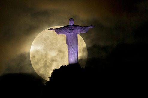 La «super lune» éclaire le Corcovado et la statue du Christ rédempteur, à Rio de Janeiro, Brésil. Crédits photo : Victor R. Caivano/AP