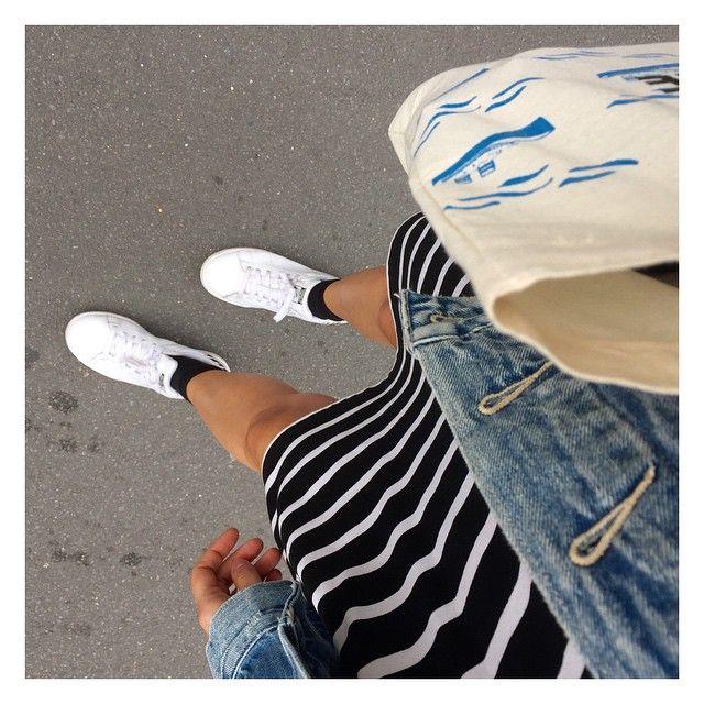 audressing:  Lundi jambes nues ✌️ Robe #pullandbear Veste en jean #levis Tote bag #sezane Baskets #stansmith #adidas