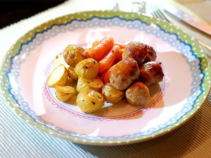 Krieltjes, worteltjes en braadworst uit de oven met rozemarijn en tijm