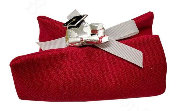Spilla tocco laurea confezionata su sacchettino rosso