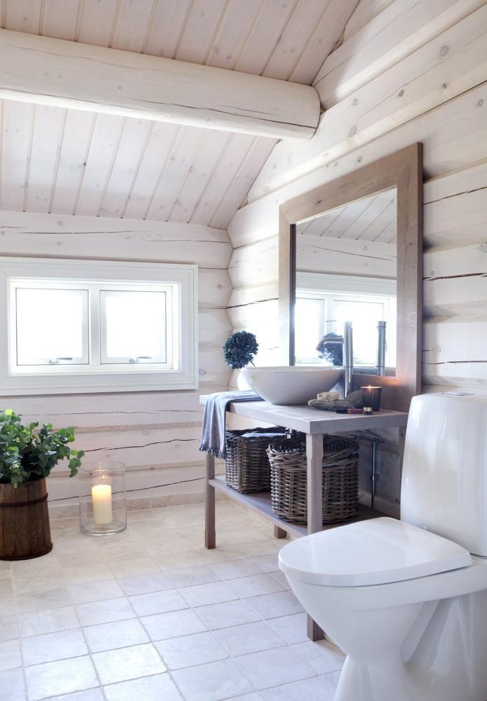 LYST: Baderommene harhvitbeisede vegger. Gulvet har sandsteinsfliser,og servantmøbelet og speileti oljet eik er bygget på stedet.