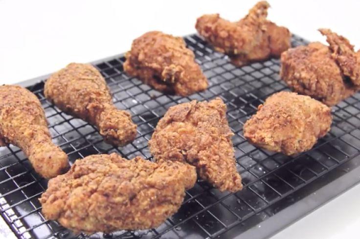 Voici la bonne façon de faire du poulet frit croustillant! Miam!