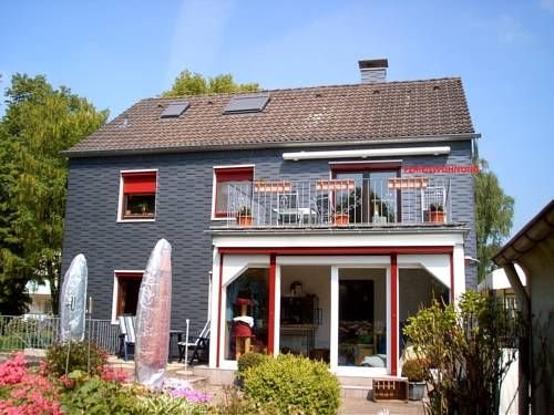 Ferienwohnung Bergisch Land Wermelskirchen Bergisch Land is a self-catering apartment in the Bergisches Land region, just 1 km from the centre of Wermelskirchen. It offers free parking and a south-facing balcony with electric awning.