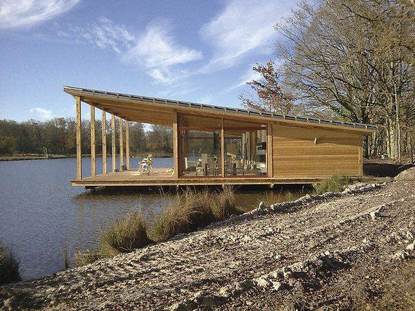 2ème prix  de la catégorie Logements individuels deplus de 120 m²: Adéquat Home à Neuvy-sur-Barageon (18), grand radeau romantique posé sur l'eau.  Architectes : FACTO Brigitte Berceron & Frédéric Turpin.