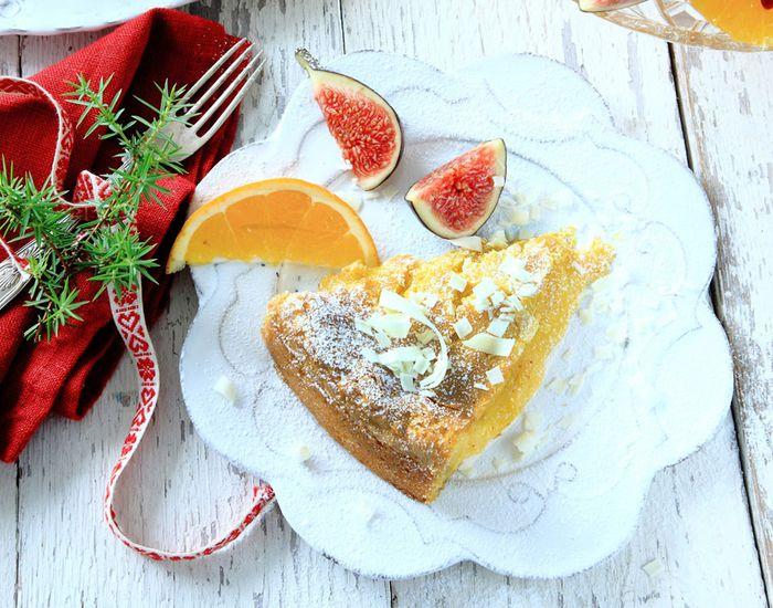 Myk, hvit sjokoladekake servert med frisk fruktsalat