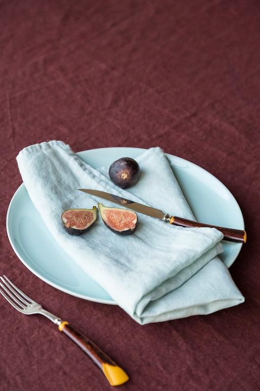 Une nappe en lin bordeaux pour apporter authenticité et style à la déco de table.