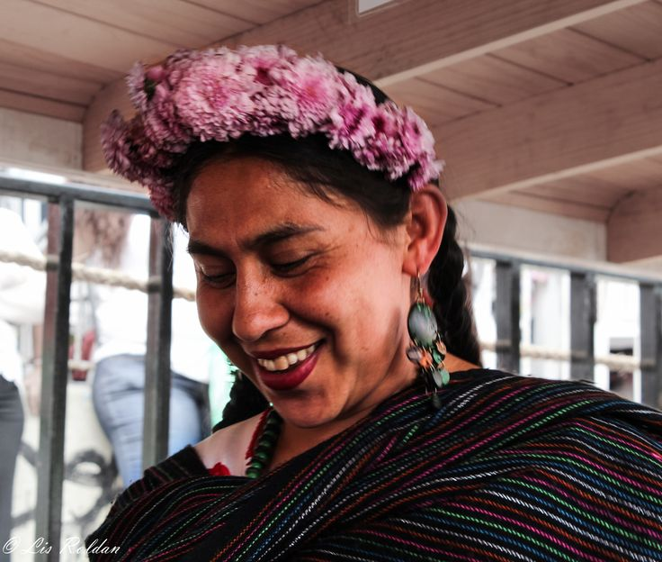 Esta mujer va de trajinera en trajinera, compartiendo historias y canciones en su idioma nativo el Náhuatl a cambio de propinas. Sí quieres conocer más acerca de este lugar y ver más fotografías, p...