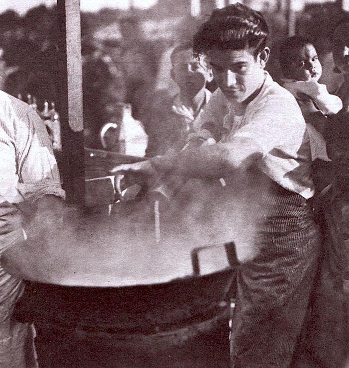 Desayunar con churros en Madrid se remonta casi a comienzos del siglo XIX, es muy posible que el churro fuera dado a conocer en las ferias ambulantes que rondaban frecuentemente por la capital. Seguro que la popularidad del churro —o de su variante más grande, la porra— como desayuno fue creciendo hasta ser altamente popular debido a su bajo costo, por aquellos entonces se denominaba fruta de sartén. Imagen:El churrero en una de las verbenas de Madrid.
