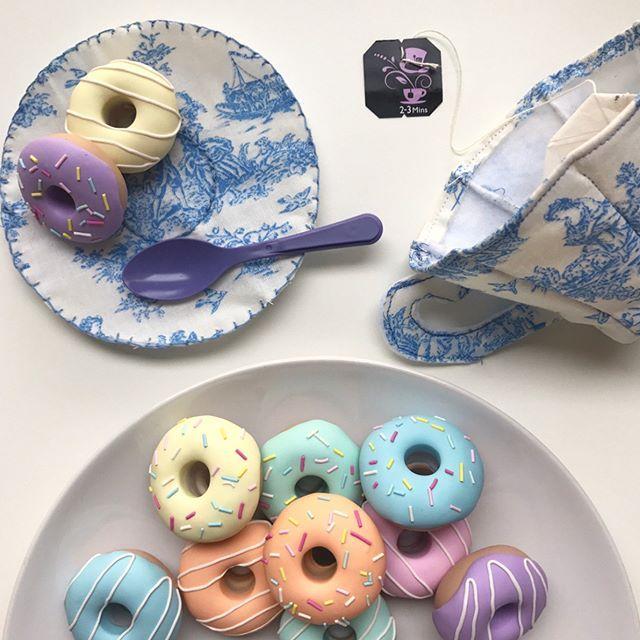 Oggi in fiera @ilmondocreativo vi dimostrerò come realizzare una tazza ☕️ da tè' con piattino e come utilizzare questi mini doughnuts 🍩 realizzati come pesi per il tessuto dalla mia amica @ohsewquaint  Ci vediamo all'ora del tè ☕️🍩💜 venite in tanti! Ci saranno anche i party rings #zestandlavender