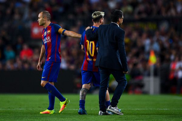Lionel Messi of FC Barcelona is comforted by his team mate Andres Iniesta of FC Barcelona as he leaves the pitch injured during the La Liga match between FC Barcelona and Club Atletico de Madrid at the Camp Nou stadium on September 21, 2016 in Barcelona, Catalonia.