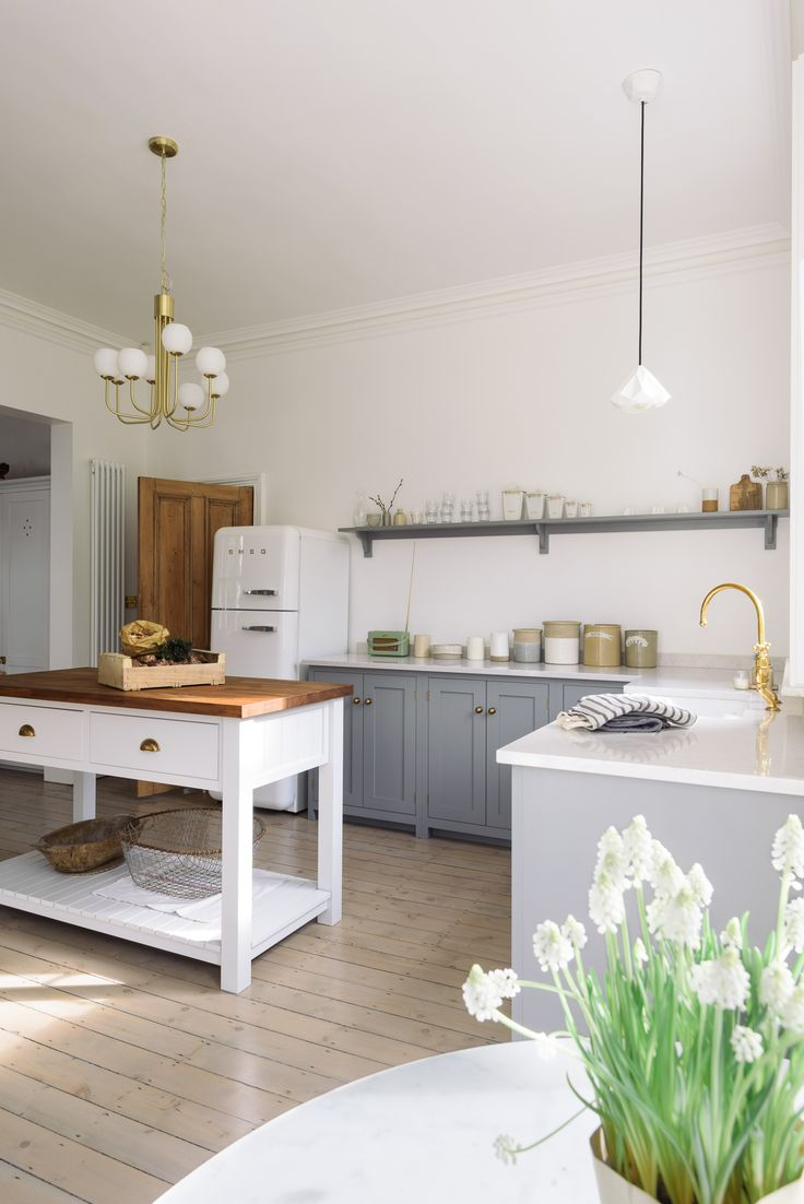 Springtime vibes in this beautiful sunny family Shaker kitchen by deVOL