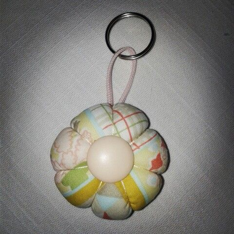 Porta-chiavi modello fiore ciccioso con applicazione di un bottone al centro