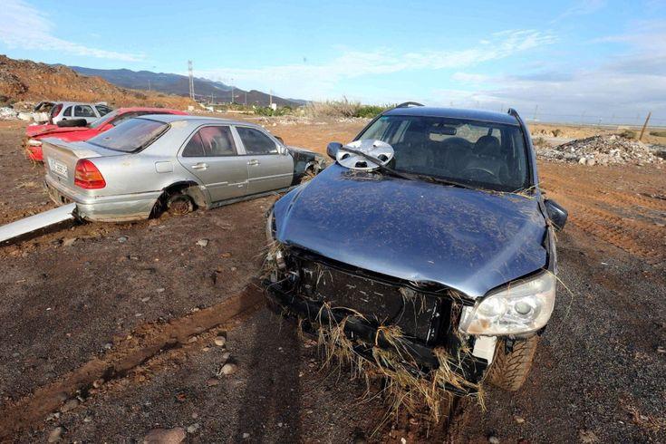 Dos de los coches que el viernes fueron arrastrados por la lluvia y terminaron en el cauce de un barranco en la zona de Ojos de Garza, en el municipio de Telde (Gran Canaria).
