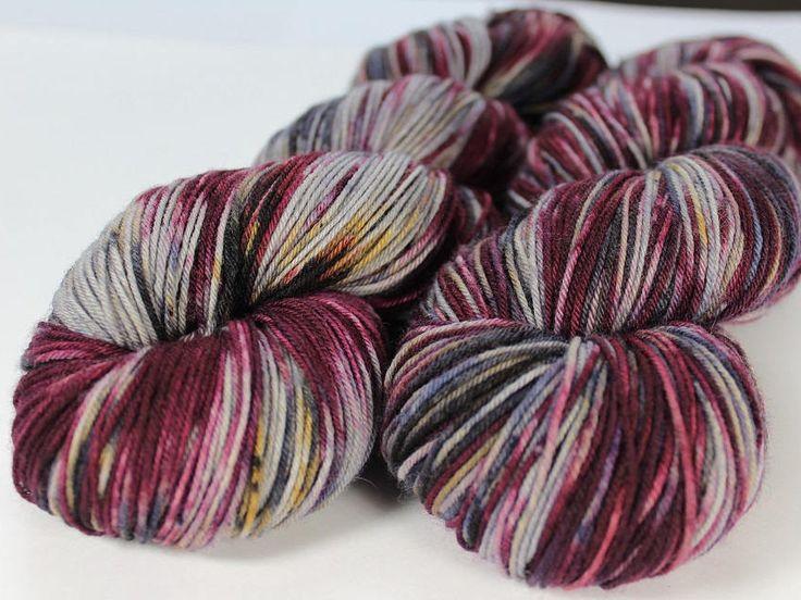 Voici ce que je viens d'ajouter dans ma boutique #etsy : Écheveau teint à la main - fingering - 100% mérinos superwash - 100 g / 400 m - PAPILLON DE NUIT http://etsy.me/2z2KOaL #fournitures #gris #non #laine #1superfin #tapisserieettissage #oui #violet #clainesboutique