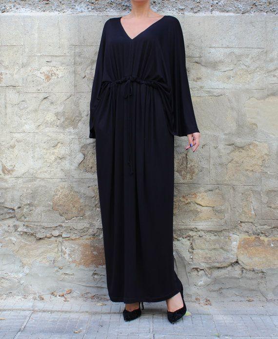 Bel vestito nero Maxi per la prossima primavera estate 2017! Indossare il nostro caftano come un abito di festa, come un abito casual, come un abito da spiaggia! La cintura del vestito è fatta per adattarsi ad ogni tipo di vita. Il disegno lungo e maxi rende questo abito lungo nero così comodi e facili da indossare, nascondendo le imperfezioni del nostro corpo! PIÙ FORMATI sono disponibili!   Se hai bisogno di aiuto, per favore scriveteci e faremo del nostro meglio per essere disponibile…