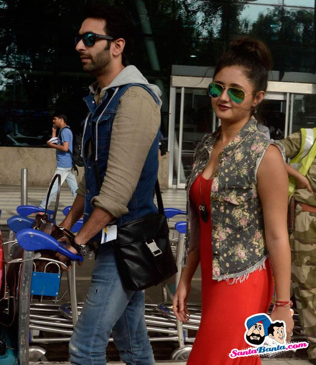 Stars Spotted 2015 -- Nandish Sandhu and Rashmi Desai snapped at airport Picture # 309340