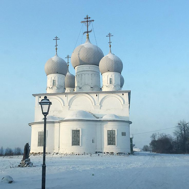 #русскийсевер #зима #белозерск -22С, воздух - чист, прозрачен и хрустально звонок, снег -скрипуч и выбелен... На этом фоне белые храмы и церкви Кремля, окружённого самым высоким сохранившимся валом, кажутся немного парящими над землёй белозерской... Ваш NordGrass