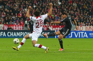 Claudio Pizzaro scores 1st half hat-trick vs Lille to help lift Bayern Munich to a 6-1 victory and top spot Champions League Group F