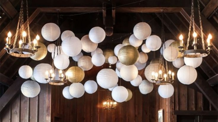 Gouden en witte lampionnen. Leuk voor een thema feest mee te decoreren!  White and Gold paper lanterns to decorate your party  #lampion #goud #party #feest #weddinginspiration #huwelijk #weddingideas #styling #decoration #events #eventplanner #horeca #trouwen #chique #weddinginspiration #weddingplanner #bride @lampionlampionnen.nl  Lanternes Fete de mariage  Bruiloftsborden  Huwelijks ideeën Lantaarn Lampionnen