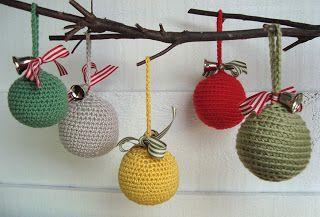 Las bolas de crochet se hacen entorno a una bola de plástico o porexpán. Se pueden hacer de colores y rematarlas con un sencillo lazo…
