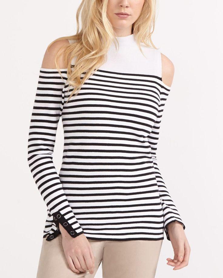 Adoptez un look stylé en un tour de main grâce ce chandail à épaules dénudées! Confectionné dans un tissu confortable, il est muni d'un col montant et de manches garnies d'une fente. Portez ce haut avec un pantalon tout-aller et une veste en jeans pour une tenue tendance.<br /><br />Longueur : 25,5 po<br /><br />Prêt à porter pour : un vendredi décontracté, le week-end ou une séance de magasinage