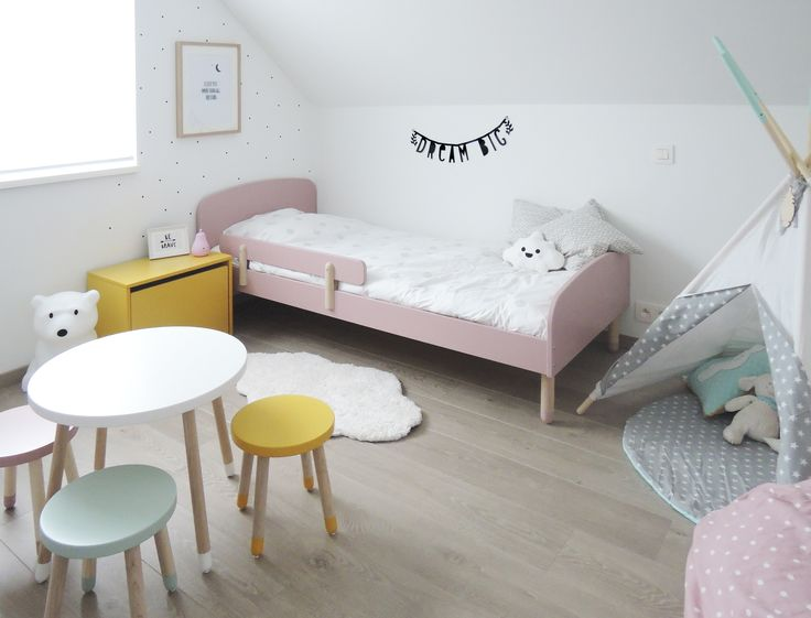 Meisjes kinderkamer. Tipi: Little Nomad Etsy Ijsbeerlamp: Anel ijsbeer Nanuk Roze peerlampje: A Little Lovely Company Letter banner: A Little Lovely Company Bed, kastje, tafeltje & stoeltjes: Flexa play