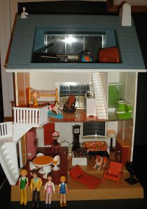 I had this Fisher Price dollhouse! Coolest dollhouse ever....plug-in working lights and everything!
