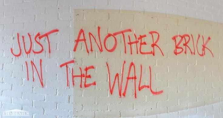 Maumau-talon vanhaa graffitia 3. kerroksen käytävässä