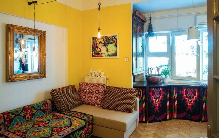 În camera garsonierei coexistă locul de canapea extensibilă, locul de tv , bucătăria și locul de luat masa. Raluca Băraru a exploatat bine spațiul care beneficiază de o singură fereastră.