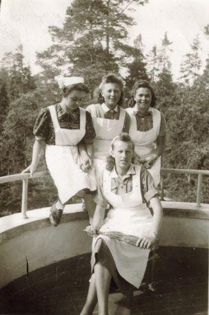 Lotat Pälksaaren sairaalan terassilla Pälkjärvellä - war 1940's