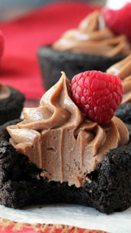 Nutella Cheesecake Chocolate Cookie Cups ~ a soft, chewy chocolate cookie base and are filled with the creamiest no bake Nutella cheesecake... They are so delicious