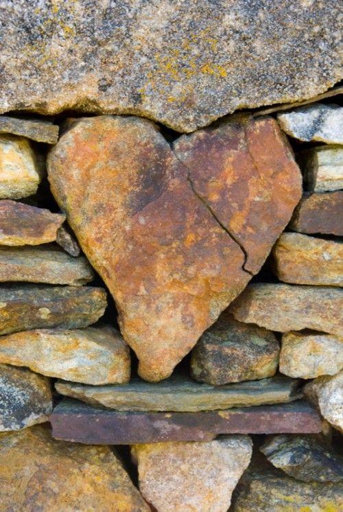 Foto met titel: gebroken hart, inmetselen maar!
