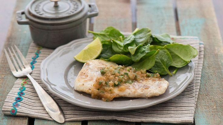 Me encanta el pescado frito a la sartén porque es delicioso, rápido, fácil y sano. Sírvelo con una sabrosa salsa y tendrás una ligera y encantadora cena que tu familia disfrutará plenamente. Me gusta servir mi pescado, ya sea salmón, tilapia o bacalao de Alaska, con una salsa de mantequilla con ajo. Es una gran manera de resaltar el sabor del pescado sin sobrecargarlo.  Sirve estos filetes de pescado con tu ensalada verde favorita o acompáñalos con papas, frijoles verdes y una tajada de pan…