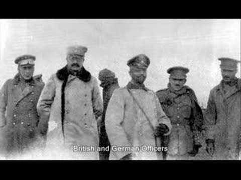 """LA GUERRA:  Navidad de 1914 en las trincheras. """"Aquella Nochebuena en el frente occidental, las tropas alemanas, siguiendo la tradición de su país, comenzaron a lo largo de todo el frente a entonar canciones, a la vez que colocaban árboles decorados con luces..."""" (http://es-la-guerra.blogspot.com.es/2006/12/la-tregua-de-navidad-de-1914.html)"""